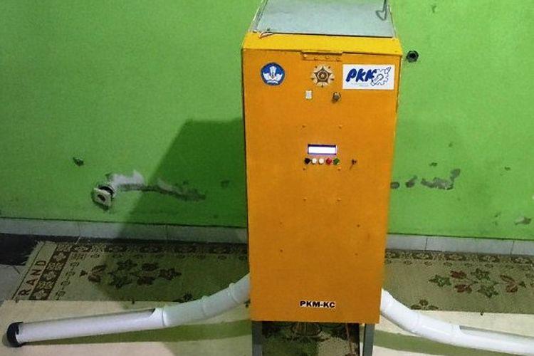 Prototipe mesin pemberi pakan ternak ayam broiler otomatis karya mahasiswa Universitas Gadjah Mada (UGM).