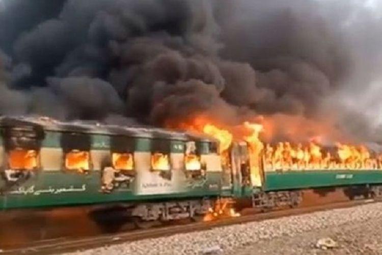 Gambar yang beredar di media sosial memperlihatkan gerbong kereta yang terbakar dalam insiden di Provinsi Punjab, Pakistan, pada Kamis (31/10/2019). Sebanyak 65 orang dilaporkan tewas dalam kebakaran tersebut.
