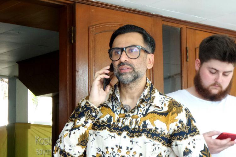 Artis peran Jeremy Thomas saat diabadikan usai sidang putranya, Axel Matthew Thomas di Pemgadilan Negeri Tangerang, Senin (18/9/2017).
