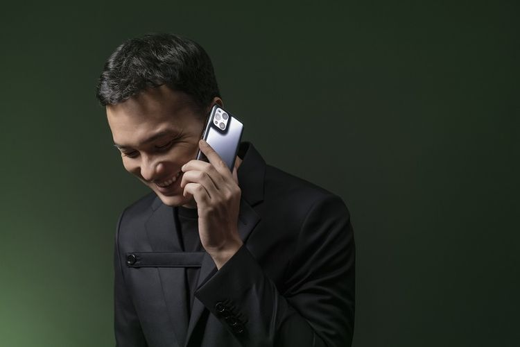 Nicholas Saputra dengan Oppo Find X3 Pro