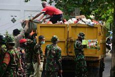 Ratusan Personel TNI dan Polri Angkut Sampah yang Sudah Sepekan Menumpuk di Pekanbaru