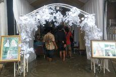 Warga Muara Angke Gelar Pesta Pernikahan di Tengah Banjir Rob