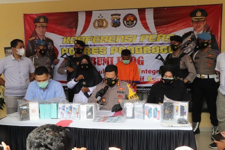 CURI 28 HP— Kapolres Ponorogo, AKBP Mochamad Nur Azis menunjukkan barang bukti 28 HP yang dicuri tersangka AM, warga Kabupaten Lampung Selatan, Lampung, Kamis (8/4/2021).