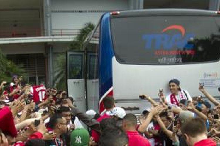 Suporter Arsenal antusias menyambut kehadiran tim kesayangannya di Jakarta. Mereka juga rela mengantre auh lebih awal sebelum laga Arsenal lawan Indonesia Dream Team di Stadion Utama Gelora Bung Karno, Minggu (14/7/2013), meski harus berbuka puasa sambil mengantre.
