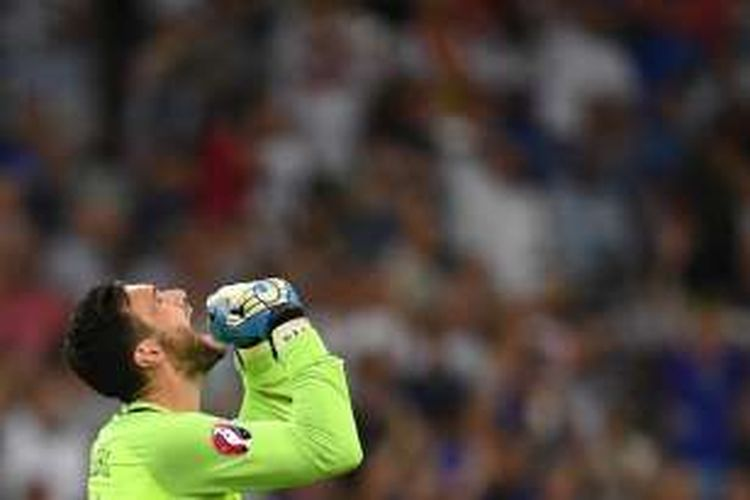Hugo Lloris merayakan kemenangan Perancis atas Jerman pada semifinal Piala Eropa di Stade Velodrome, Kamis (7/7/2016),
