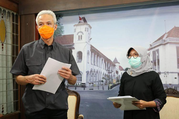 Gubernur Jawa Tengah Ganjar Pranowo bersama Kepala Dinas Tenaga Kerja dan Transmigrasi Jateng, Sakina Rosellasari saat mengumumkan kenaikan UMP Jateng di rumah dinasnya, Jumat (30/10/2020).