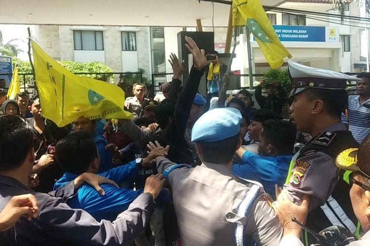 Puluhan mahasiswa PMII unjuk rasa memprotes kebijakan pemadaman listrik secara bergilir di sejumlah wilayah Mataram, Nusa Tenggara Barat (NTB), Jumat (15/11/2019). Pemadaman bergilir dinilai merugikan warga dari berbagai sisi.