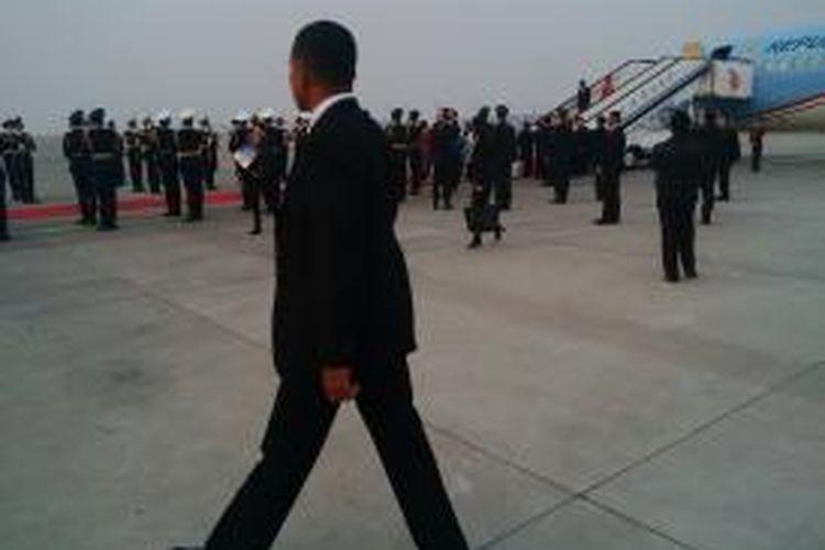 Presiden Joko Widodo dan Ny Iriana menuruni tangga pesawat kepresidenan, sesaat setelah mendarat di Bandar Udara Internasional Capital, Rabu (25/3/2015).