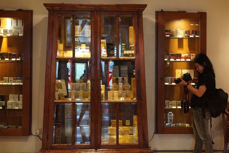 Seorang pengunjung terlihat mengabadikan beberapa koleksi rokok di museum dengan lensa kamera.