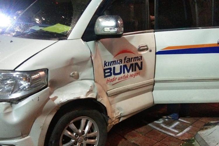 Kecelakaan terjadi di Jalan Gunung Sahari, Sawah Besar, Jakarta Pusat, Kamis (15/4/2021) malam, disebabkan oleh ambulans yang menerobos lampu merah. Menurut polisi, ambulans berlogo perusahaan farmasi BUMN PT Kimia Farma itu sedang tak membawa pasien saat kejadian.
