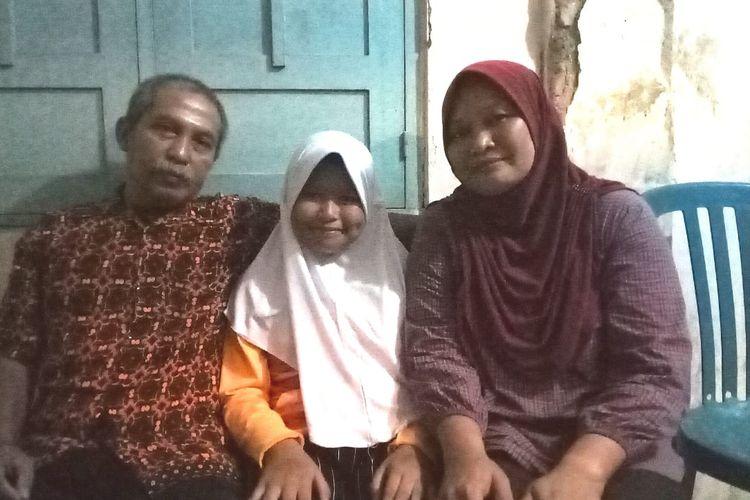 Anak dengan lupus, Ramneya Eowyn Karelina, 12, (tengah) berfoto bersaman kedua orang tuanya, Parwono, 55, (kiri) dan Erlina Hermawati, 43, di rumahnya di Colomadu, Karanganyar, Jateng, Jumat (28/2/2020)