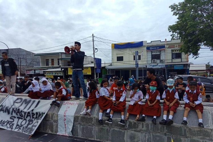 Aksi unjuk rasa yang melibatkan 36 murid SD di depan DPRD Palopo disesalkan LPPA Palopo, Senin (23/7/2018)