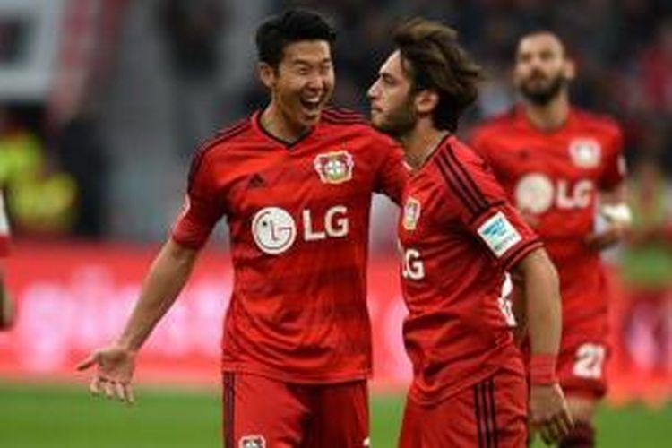 Dua gelandang Bayer Leverkusen, Son Heung-min (kiri) dan Hakan Calhanoglu (kanan).