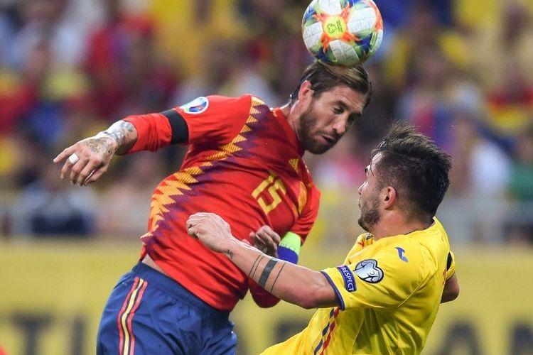 Sergio Ramos dan Nicolae Stanciu berduel udara dalam pertandingan Rumania vs Spanyol dalam kualifikasi Euro 2020 di Arena Nationala, Bukares, 5 September 2019.