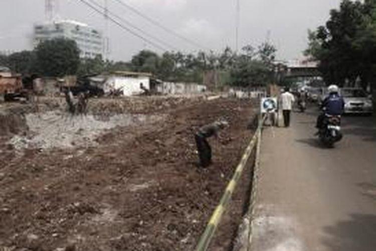 Pembebasan lahan di Jalan Arjuna, Kebon Jeruk, Jakarta Barat, Rabu (17/7/2013), masih terkendala. Warga belum mau melepaskan tanahnya hingga ada surat dari Pemprov DKI Jakarta.