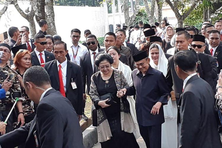 Presiden ke-3 BJ Habibie dan Presiden ke-5 Megawati Soekarnoputri hadir bersamaan dalam pemakaman Ani Yudhoyono di Taman Makam Pahlawan, Kalibata, Jakarta, Minggu (2/6/2019).