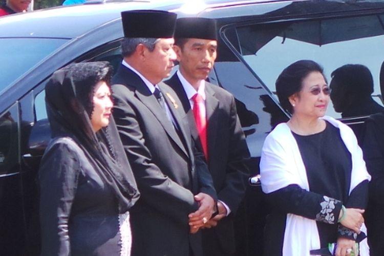 Presiden SBY bersama Ketua Umum PDI P Megawati Soekarnoputeri dan Gubernur DKI Jakarta Joko Widodo menyambut kedatangan jenazah Taufiq Kiemas di TMP Kalibata. Minggu (9/6/2013).