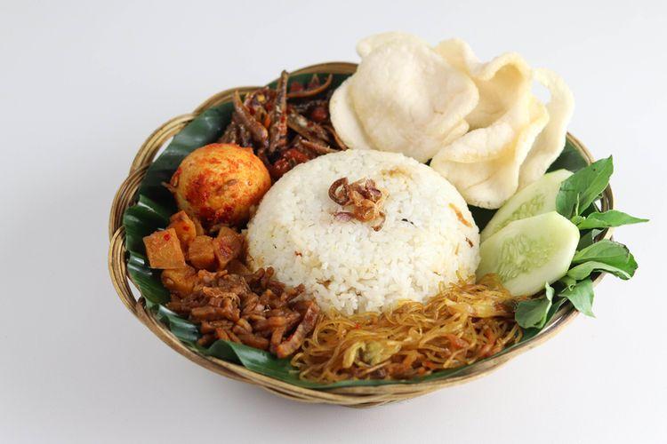 Ilustrasi nasi uduk istimewa lengkap dengan lauk pauk.