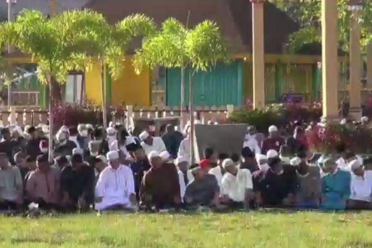 Tangkapan layar video ribuan warga melaksanakan shalat Idul Fitri di Masjid Jami Sultan Syarif Abdurrahman Pontianak, Kalimantan Barat (Kalbar), Minggu (24/5/2020) pagi.