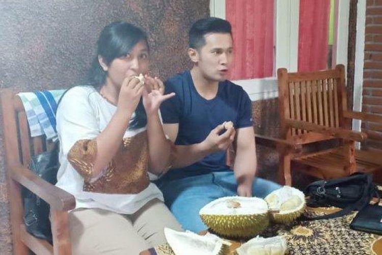 Penggemar menyantap durian Shinta, durian organik asal Semarang.