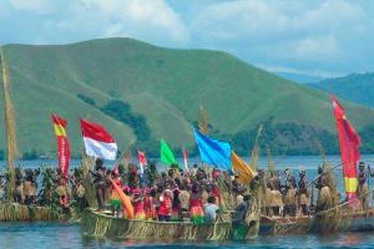 Tarian perang, felabhe, membuka Festival Danau Sentani V di Khalkote Danau Sentani, Kabupaten Jayapura, Papua, Selasa (19/6/2012). Tarian itu diikuti 500 orang dari 24 kampung