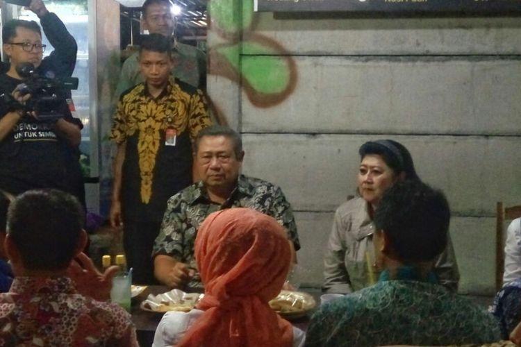 Presiden Ke Enam Republik Indonesia Susilo Bambang Yudhoyono dan Any Yudhoyono saat berada di Angkringan Jalan Margo Utomo Yogyakarta