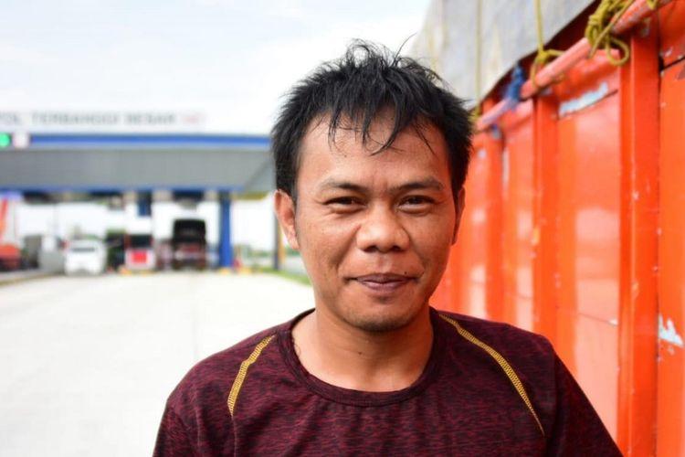 Roni, sopir truk yang melintasi Jalan Tol Trans-Sumatera.
