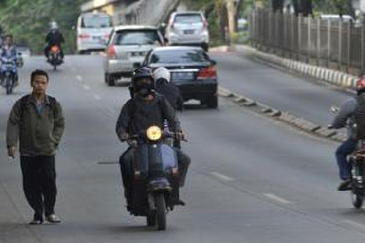 Motor Melawan Arus Dibiarkan - Pengendara motor melawan arus lalu lintas di Jalan Sultan Iskandar Muda, Jakarta Selatan, Selasa (18/6). Meskipun melanggar aturan dan membahayakan pengguna jalan lain, kondisi ini telah lama berlangsung dan belum ada tindakan tegas dari polisi lalu lintas.