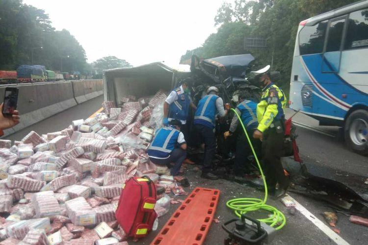 Proses evakuasi kecelakaan di tol Cipularang KM 88.200 arah menuju Jakarta, Jumat (8/1/2021)