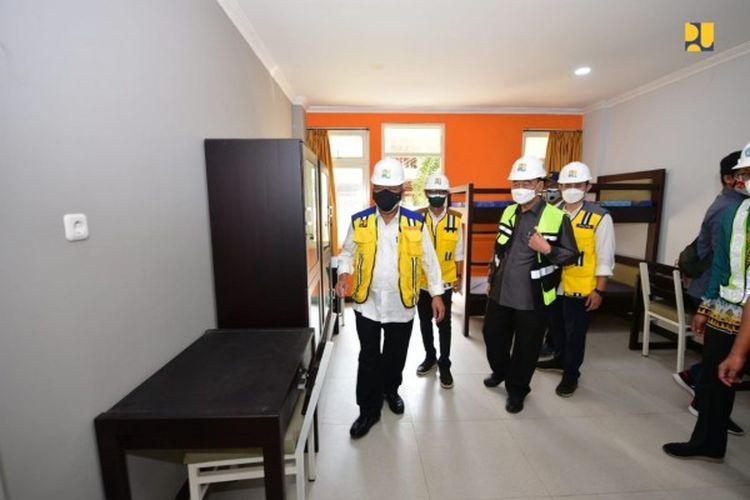 Menteri PUPR Basuki Hadimuljono saat meninjau pembangunan rumah susun (rusun) Universitas Lampung.