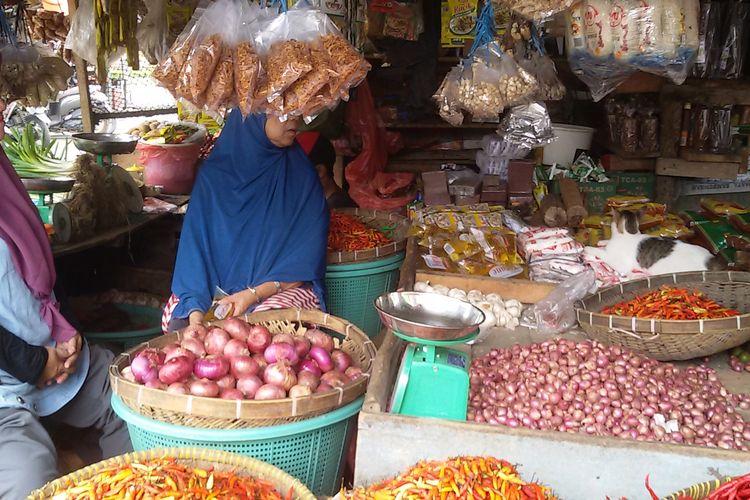 Pedagang sembako di Pasar Induk Atrium Pangkal Pinang, Selasa (9/4/2019).