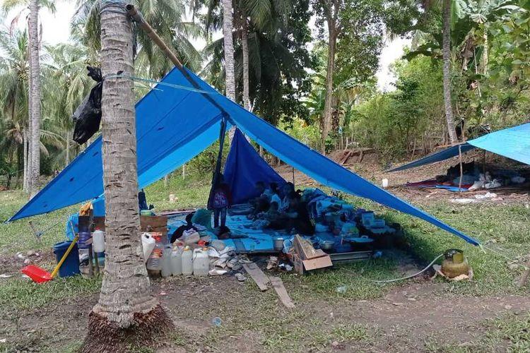 Kondisi pengungsi korban gempa 6,2 maginito di Desa Kayu Angin, Kecamatan Malunda, Kabupaten Majene, Sulawesi Barat yang bertahan hidup dibawa tenda pengungsian tak layak. Kamis, (28/1/2021).