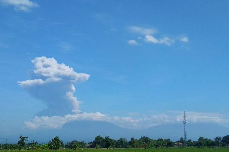 Erupsi Gunung Merapi terlihat dari Klaten, Jawa Tengah, Minggu (21/6/2020). Berdasarkan data pengamatan Balai Penyelidikan dan Pengembangan Teknologi Kebencanaan Geologi (BPPTKG), terjadi erupsi Gunung Merapi pada pukul 09.13 WIB dengan aplitudo 75 mm, durasi 328 detik dan tinggi kolom erupsi kurang lebih 6.000 meter dari puncak.