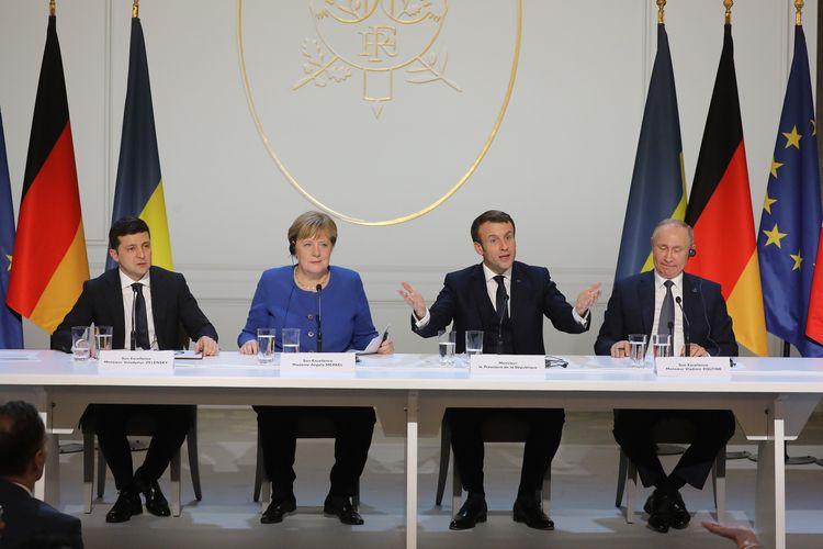 (Dari kiri ke kanan) Presiden Ukraina Volodymyr Zelensky, Kanselir Jerman Angela Merkel, Presiden Perancis Emmanuel Macron, dan Presiden Rusia Vladimir Putin dalam konferensi pers seusia pertemuan pada 9 Desember 2019. Pertemuan itu menghasilkan kesepakatan di antaranya, Rusia dan Ukraina setuju menggelar gencatan senjata setelah 5,5 tahun konflik antara pemberontak pro-Rusia dan tentara pemerintah Ukraina.