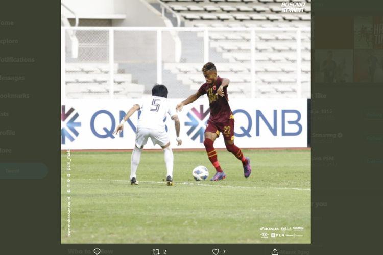 Yakob Sayuri (kanan) berusaha melewati Thiha Zaw Hein (kiri) pada laga PSM Makassar vs Shan United di Stadion Madya, Senayan, Jakarta, Rabu (26/2/2020).