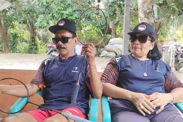 Mujiran (68) dan istrinya Gina Oktila (54) memperlihatkan raket yang pernah dipakai Leani Ratri Oktila saat ditemui Kompas.com di rumahnya di Desa Siabu, Kecamatan Salo, Kabupaten Kampar, Riau, Senin (6/9/2021).