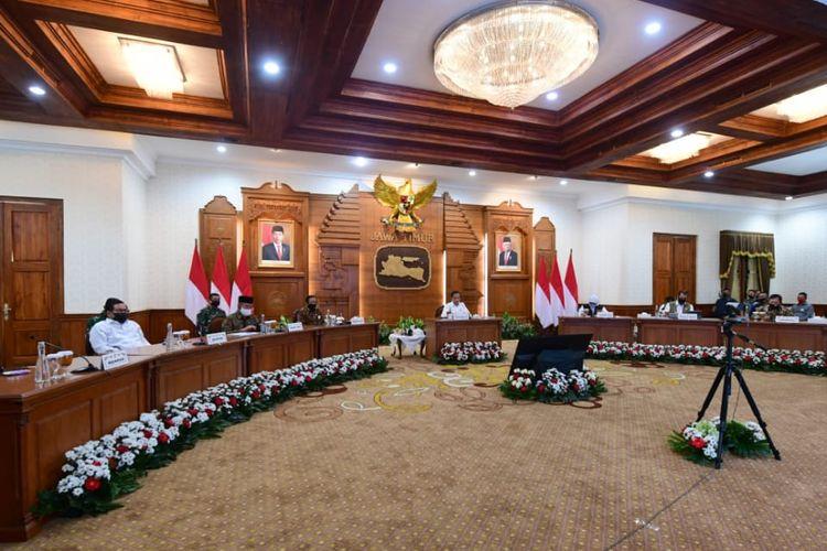 Suasana Rapat saat Presiden memberikan arahan pada jajaran Gugus Tugas Provinsi Jawa Timur di Gedung Grahadi, Kota Surabaya (25/6/2020)