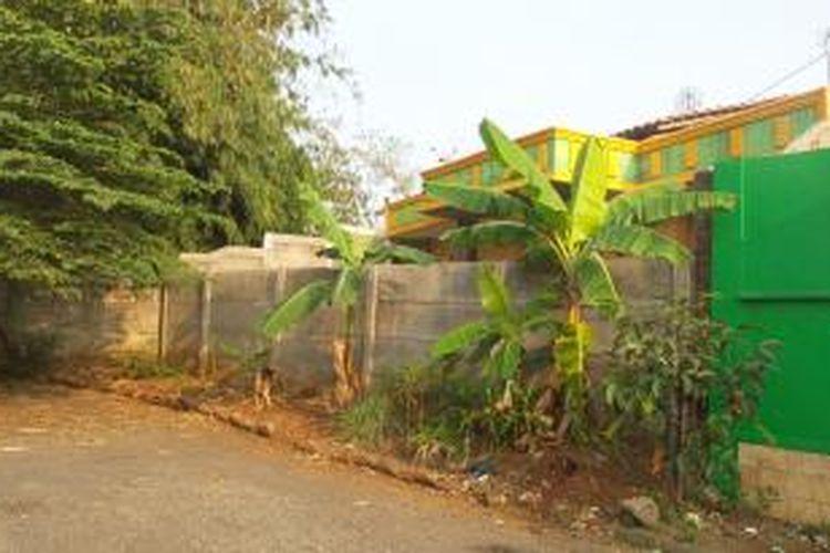 Salah satu rumah di Kalimulya, Depok yang ditembok oleh pengembang perumahan Taman Anyelir II. Penembokan dilakukan setelah warga perumahan keberatan dengan keberadaan rumah yang berdiri bukan di atas lahan perumahan.