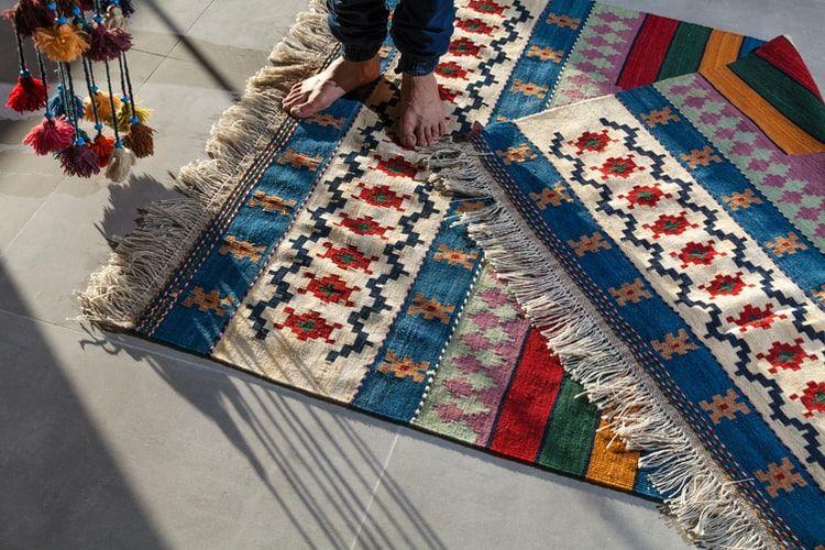 Menghilangkan noda bakaran pada karpet