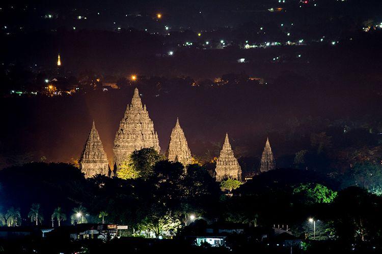 Candi Prambanan di malam hari dari Spot Riyadi, Sleman, Yogyakarta.