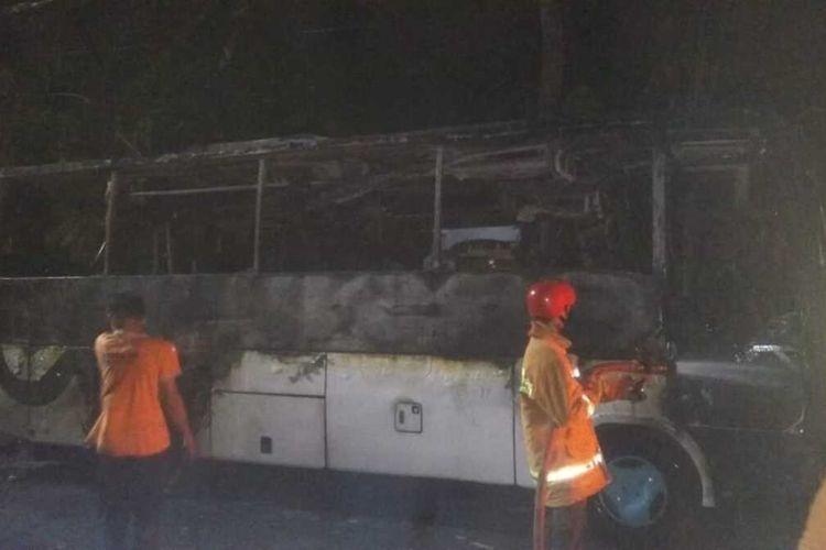 Petugas Damkar memadamkan api yang membakar bus di Desa/ Kecamatan Binangun, Kabupaten Cilacap, Jawa Tengah, Kamis (15/10/2020) malam.
