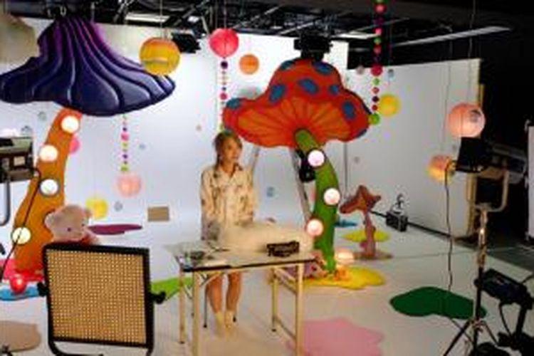 Kreator asal Jepang, Kumamiki Craft sedang mempersiapkan pengambilan gambar untuk video terbarunya di studio 1 yang berukuran 120 meter persegi.