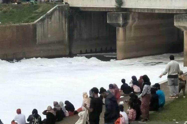 Permukaan air di Kanal Banjir Timur (KBT) terkontaminasi gumpalan busa putih serupa salju, Minggu (28/6/2020). Situasi itu menjadi pemandangan unik bagi peserta Car Free Day (CFD).