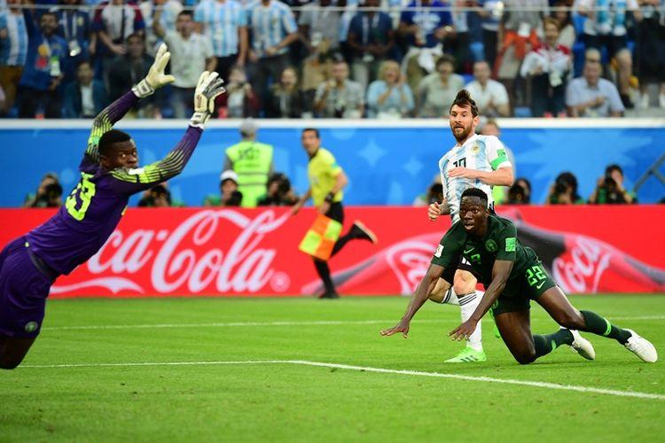 Striker Argentina, Lionel Messi (tengah), mendapat kawalan dari bek Nigeria, Kenneth Omeruo, dalam pertandingan penyisihan Grup D Piala Dunia 2018. Messi melepaskan tembakan dan menghasilkan gol dalam laga di Stadion Saint Petersburg, Saint Petersburg, Selasa (26/6/2018).