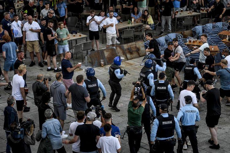 Sejumlah suporter Chelsea dan Manchester City bentrok dengan polisi di Porto, Portugal, jelang final Liga Champions.