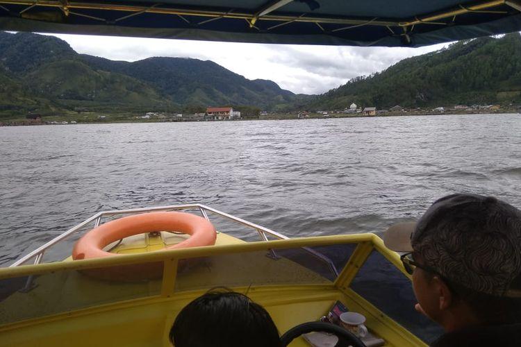 Wisatawan berkeliling dengan speedboat di Danau Laut Tawar, Kabupaten Aceh Tengah, Provinsi Aceh, Minggu (25/10/2020) .