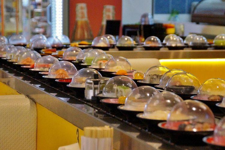 Sushi dengan harga terjangkau biasanya terdapat di restoran sushi conveyor belt.