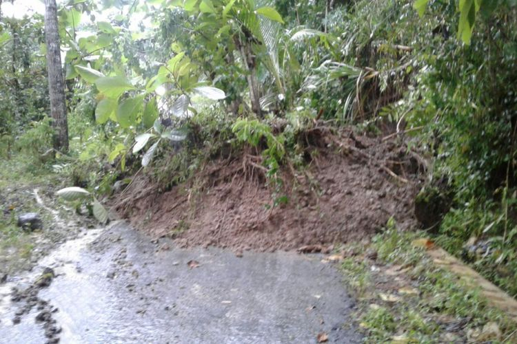 Material longsor menutup jalan desa di Bigaran, Kecamatan Borobudur, Kabupaten Magelang l, Senin (8/1/2018).
