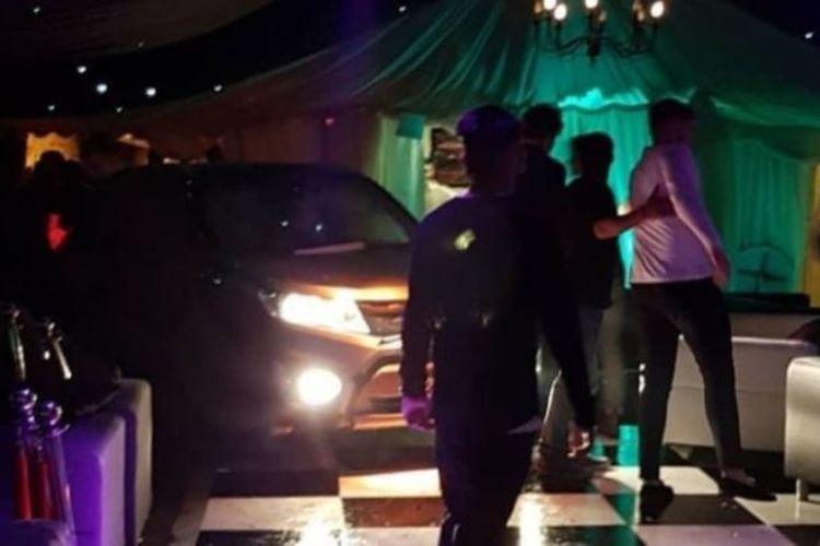 Seorang pria nekat mengemudikan mobilnya ke dalam kelab malam dan melukai 13 orang, di Kent, Inggris, Sabtu (17/3/2018) tengah malam. (@Sonny_Powar/PA via BBC)
