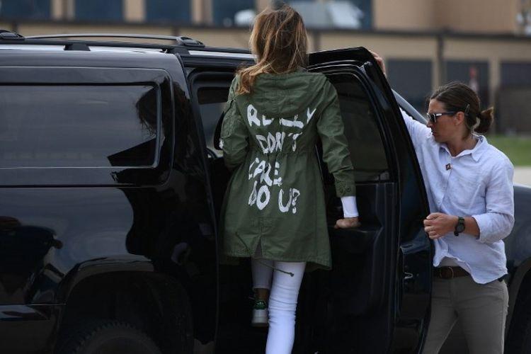 Ibu Negara Amerika Serikat Melania Trump mengenakan jaket bertuliskan I dont really care, do you? saat hendak berangkat mengunjungi migran anak di perbatasan AS-Meksiko, Kamis (21/6/2018). (AFP/Mandel Ngan)
